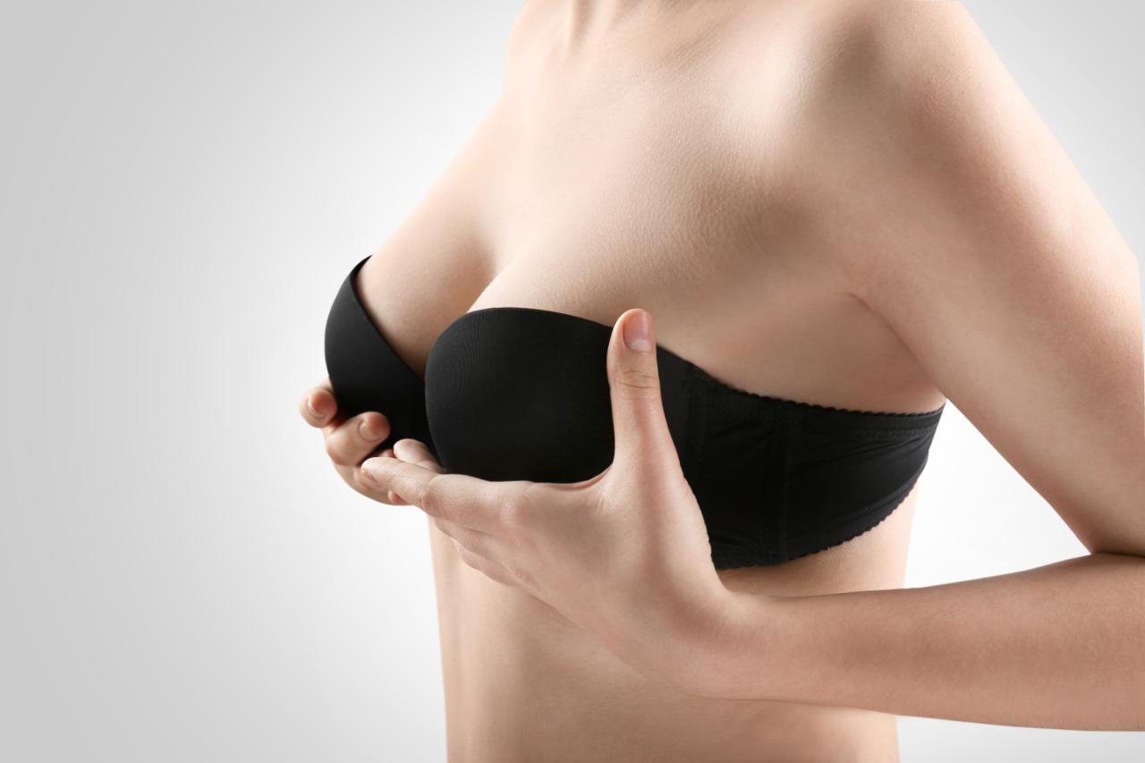 Elevación de pecho con cirugía, la solución a la caída de las mamas
